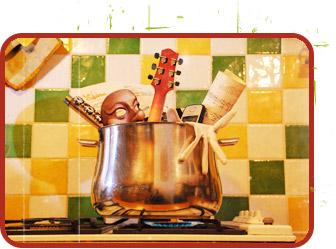 Marmite remplie de masques de théâtre, et d'instruments de musique